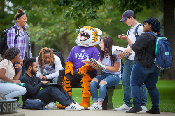 IW students studying outside on campus